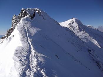 最後のピーク、右が山頂