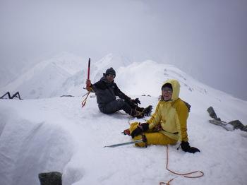 頂上で座り込む2人